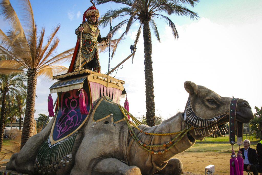 escultura móvil camella nana
