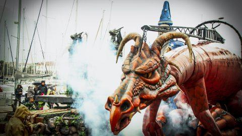 Dragón con humo para desfiles