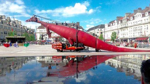 escultura gigante móvilm de dragón