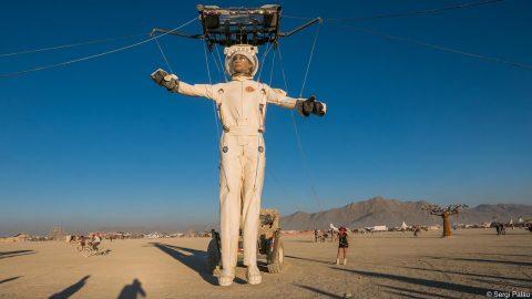 marioneta gigante vestida de astronauta