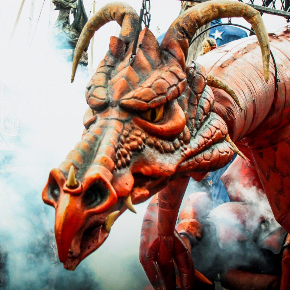 escultura gigante de dragón para festivales en pleno espectáculo