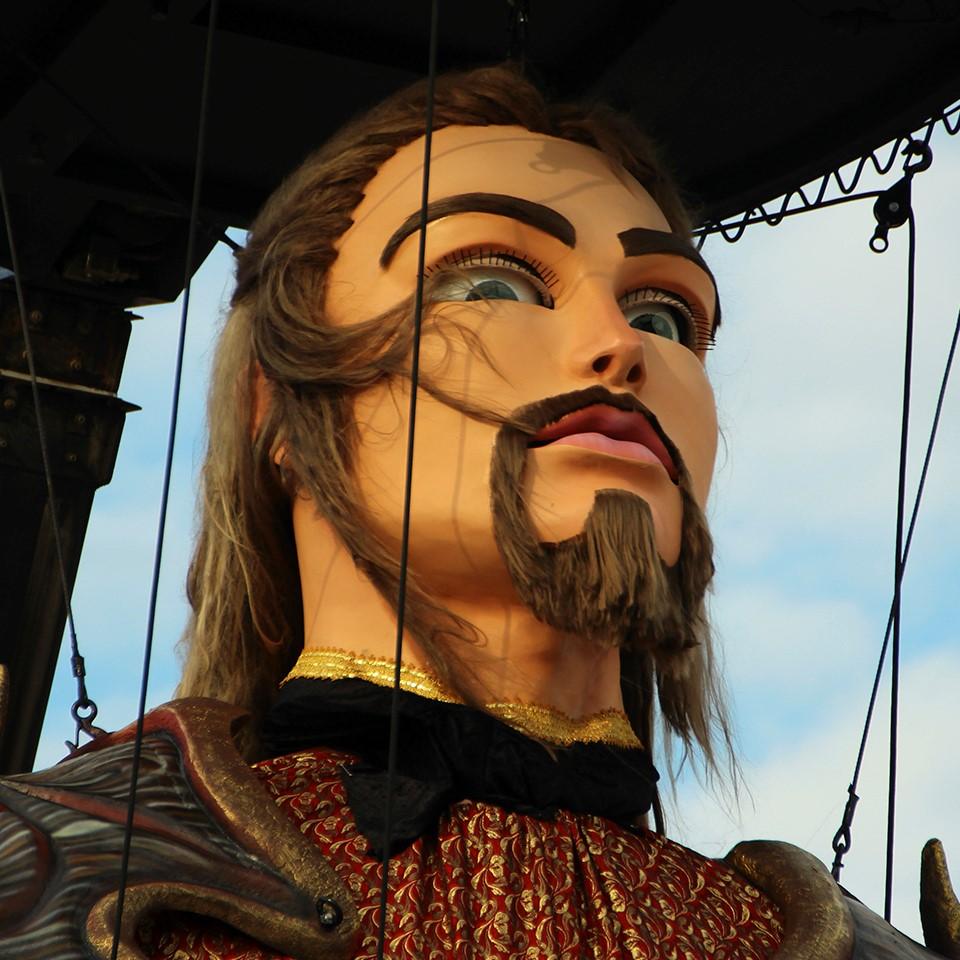 imagen frontal de marioneta gigante angel